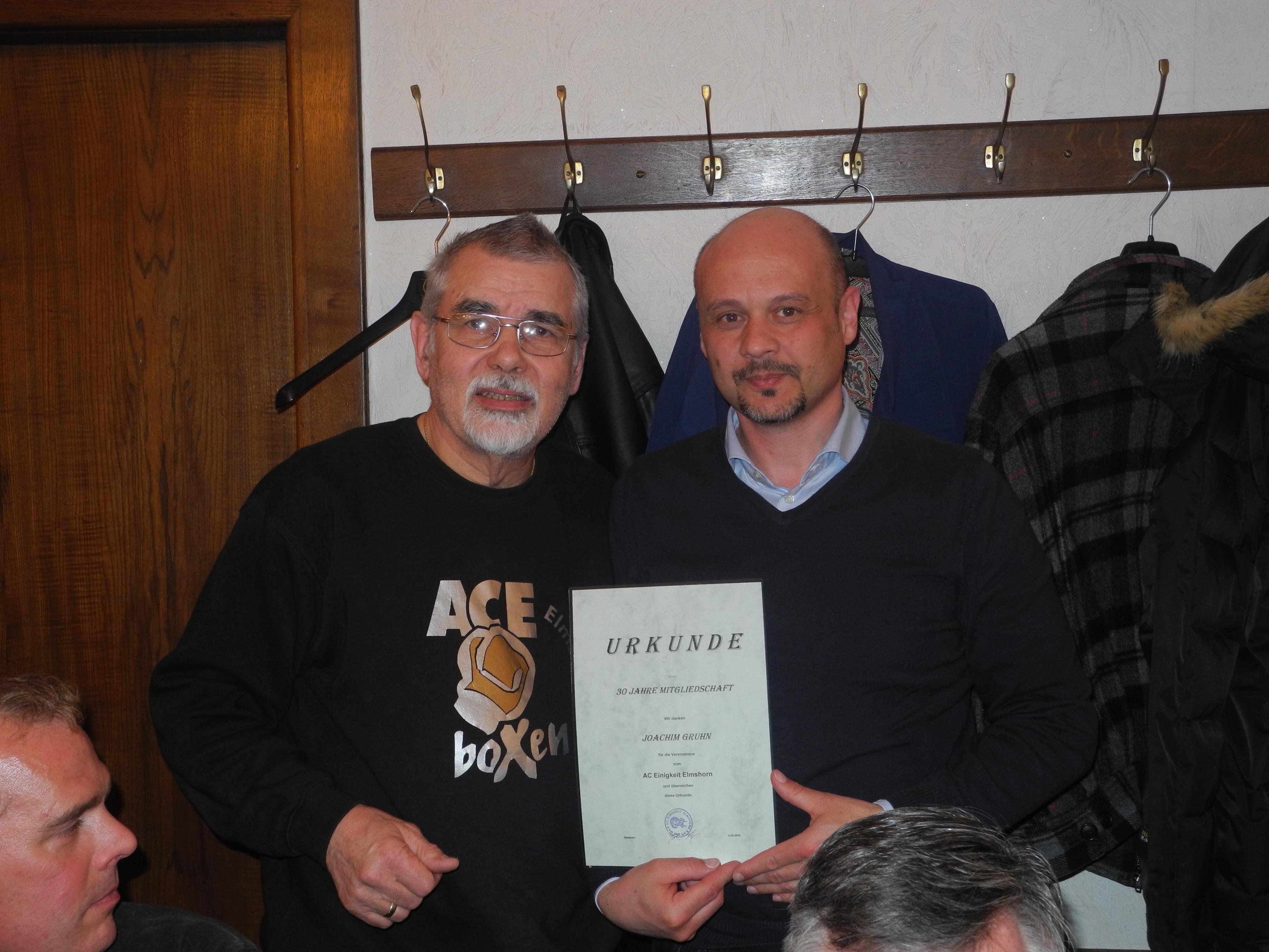 Joachim Gruhn (re.) - 30 Jahre Mitglied im AC Einigkeit Elmshorn